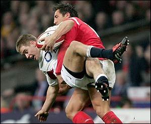 """ДАНИ СТАРЕ СЛАВЕ: Гевин Хенсон """"изврће"""" Метјуа Тејта на старту Купа шест нација 2005. који је Велс освојио Грен слемом."""