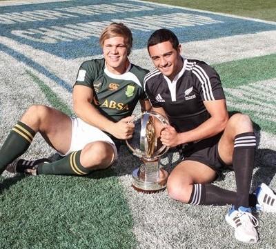 КОМЕ ЛИ ЋЕ ПРИПАСТИ: капитен Јужне Африке Виан Либенберг и капитен Новог Зеланда Бри Хол с тофејом у рукама.