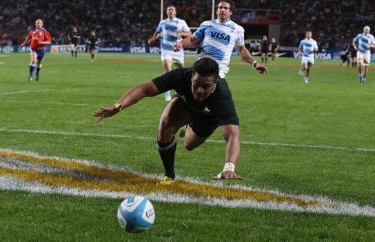 БЛЗУ ЦИЉА: крило Новог Зеланда Џулјен Савеа пред полагање против Пумаса