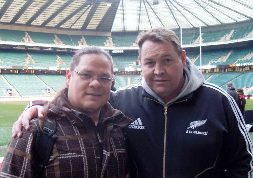 ОСТАЈЕ НА ЧЕЛУ ОЛ БЛЕКСА: Стив Хансен (десно) са Јованом Бајићем, аутором текста на Твикенхему у Лондону.