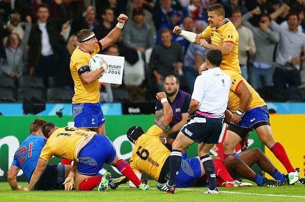 ПРУЖИЛИ ДОСТОЈАН ОТПОР: рагбисти Румуније прослављају есеј против Француске