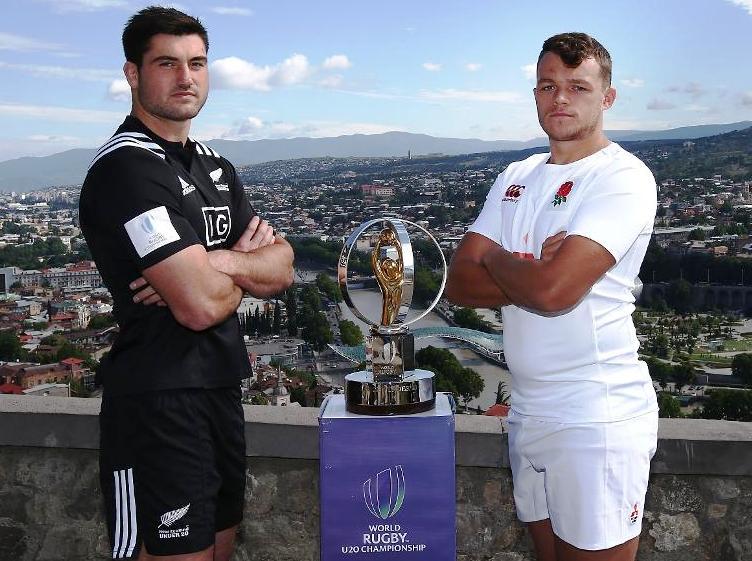 СА ПЕХАРОМ: Лук Јакобсон капитен Новог Зеланда и капитен Енглеске Зек Меркер (десно). ФОТО: World Rugby