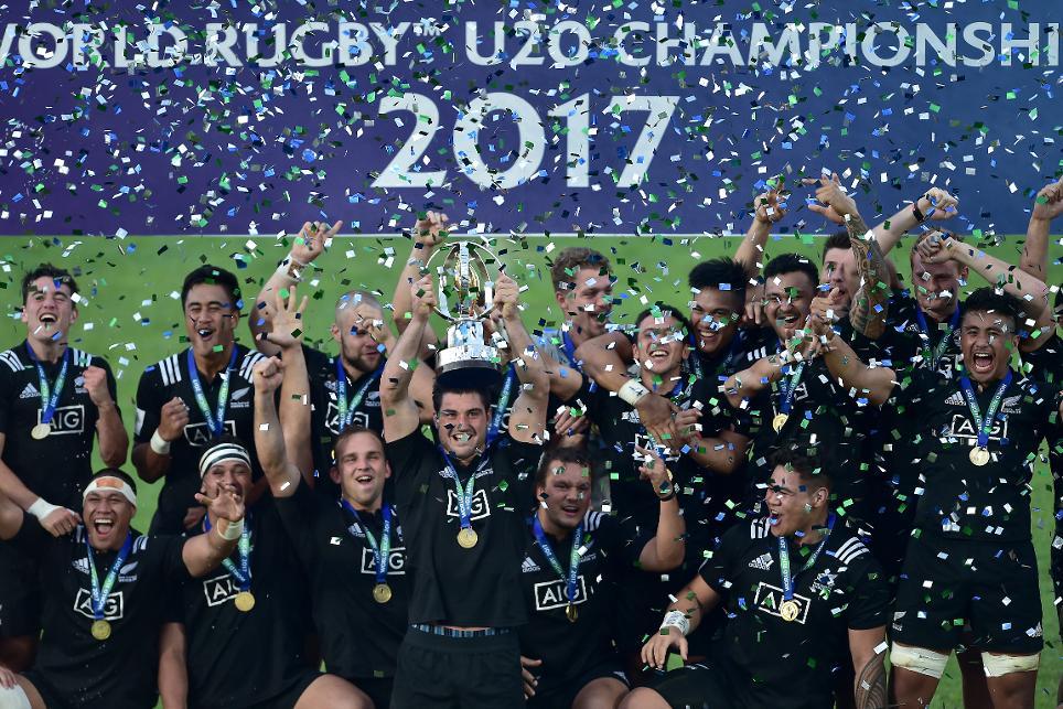 ПОНОВО НА ВРХУ: јуниори Новог Зеланда са трофејем. ФОТО: World Rugby
