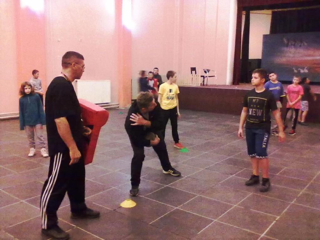 ВРЕДНИ: тренери Радивој Ћосић (лево) и Игор Томашић показују технику подмлатку Борца