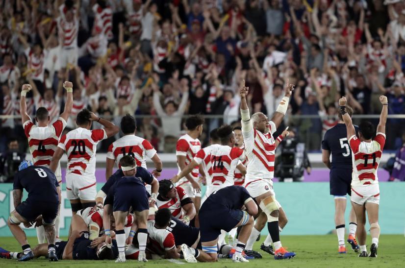 ИСТОРИЈСКА ПОБЕДА У ЈОКОХАМИ: рагбисти Јапана славе са публиком.